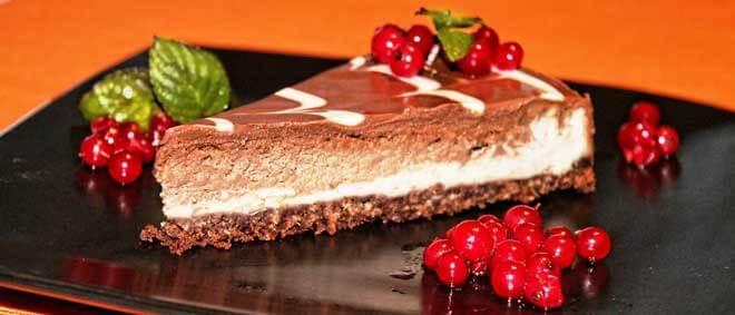 decoração de bolo com chocolate de bolachas