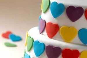 Guia com dicas e vídeos de como fazer bolos decorados com pasta americana